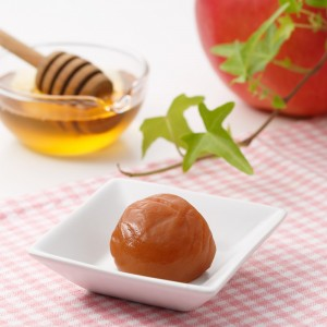 「レンゲはちみつ」と「青森県産りんご果汁」「国産黒酢」を加えた上品な甘さとまろやかさ、フルーティーな香りを持つ梅干