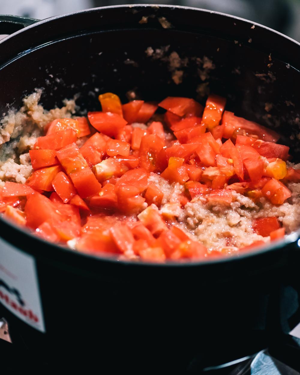 トマト入れて煮込む